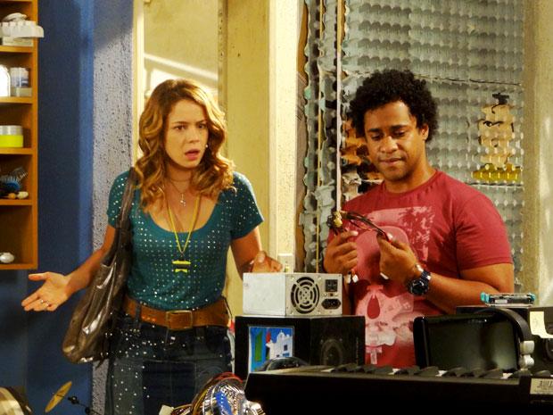 Rosário não acredita no que vê  (Foto: Cheias de Charme / TV Globo)