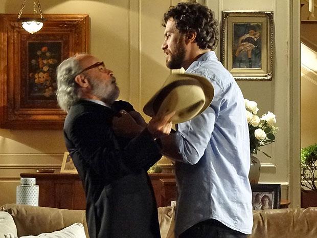 Rodrigo perde a paciência com Virgílio (Foto: Amor Eterno Amor/TV Globo)