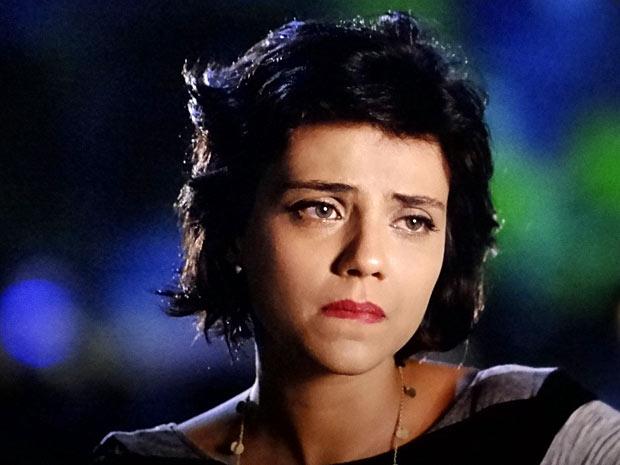 A jornalista fica muito triste com o fim do noivado (Foto: Amor Eterno Amor/TV Globo)