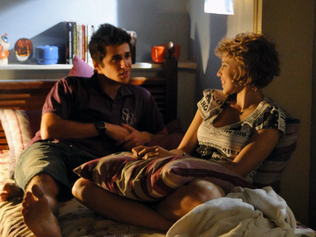 Babi e Guido conversam até tarde sobre os negócios do rapaz. Ele diz que sentiu falta dela (Foto: Malhação / Tv Globo)