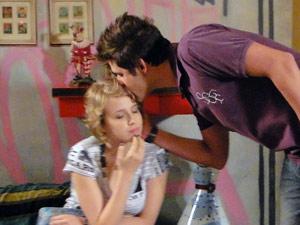 Ele dá um beijo de boa noite em Babi e ela fica mexida (Foto: Malhação / Tv Globo)