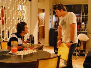 Os dois se estranham no almoço de 'família' (Foto: Malhação / Tv Globo)