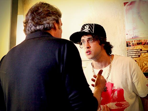 Tomás fica chocado quando Cadinho revela que Débora é irmã dele (Foto: Avenida Brasil/ TV Globo)
