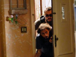 Os bandidos invadindo o apartamento de Cristal (Foto: Malhação / Tv Globo)