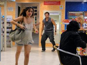 Ela sai correndo e deixa Moisés na mão (Foto: Malhação / Tv Globo)