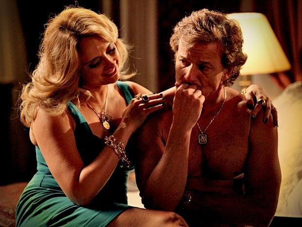 Max fica revoltado ao descobrir por Ivana que Carminha mentiu sobre o valor da grana que Tufão lhe deu (Foto: Avenida Brasil/ TV Globo)