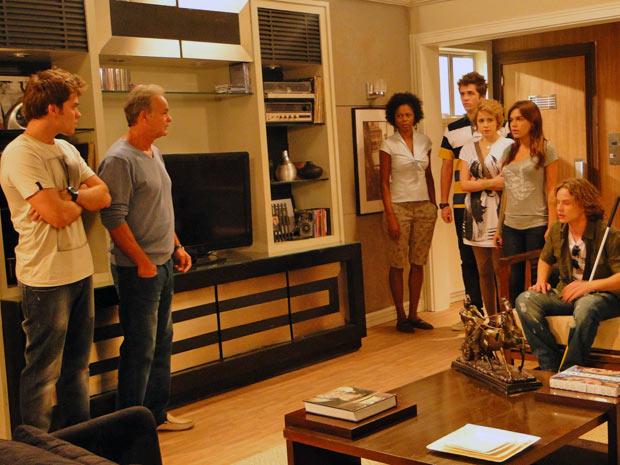 O clima fica tenso quando Betão vê os três na sala de sua casa (Foto: Malhação / Tv Globo)