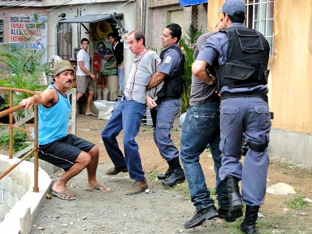 Que alívio! O agiota é levado pela polícia (Foto: Cheias de Charme / TV Globo)