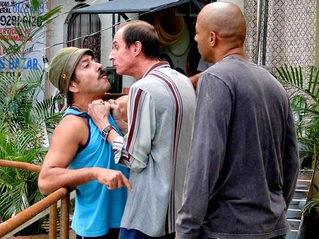 O agiota descobre a mentira de Sandro e faz ameaças (Foto: Cheias de Charme / TV Globo)