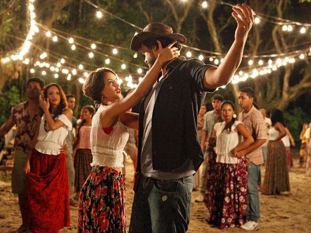 Valéria não resiste e dança lundu com Josué (Foto: Amor Eterno Amor/TV Globo)