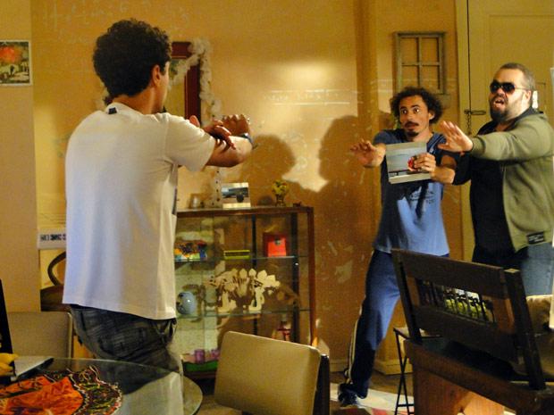 Capangas dão de cara com Ziggy, que diz ser faixa preta em kung fu (Foto: Malhação / Tv Globo)