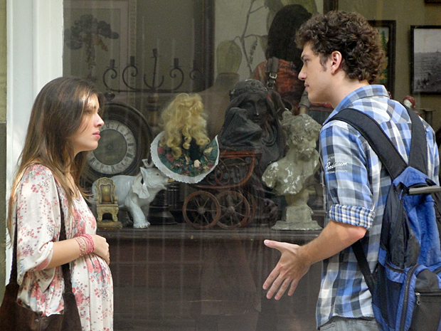 Cristal e Gabriel discutem no meio da rua (Foto: Malhação / TV Globo)