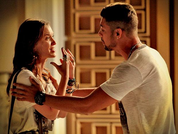 Débora fica transtornada ao ver Jorginho e Nina juntos (Foto: Avenida Brasil/ TV Globo)