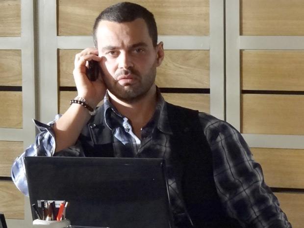 Fernando fica pasmo ao falar com Hamilton e descobrir que Miriam mentiu (Foto: Amor Eterno Amor / TV Globo)