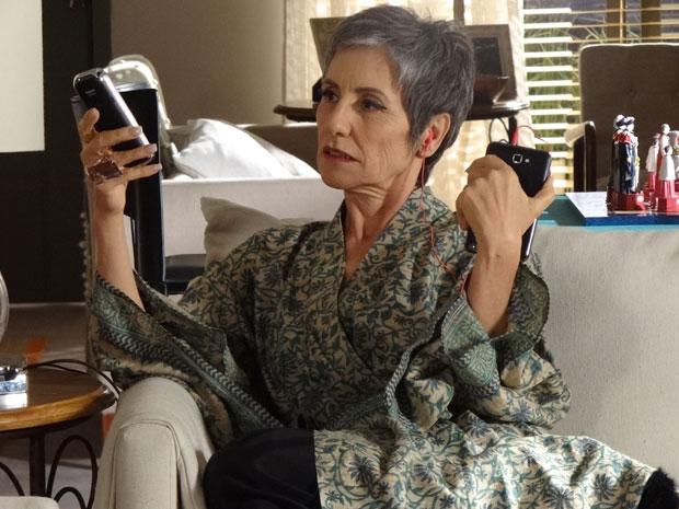 Melissa mente descaradamente para Zé e Carmem ao telefone (Foto: Amor Eterno Amor / TV Globo)