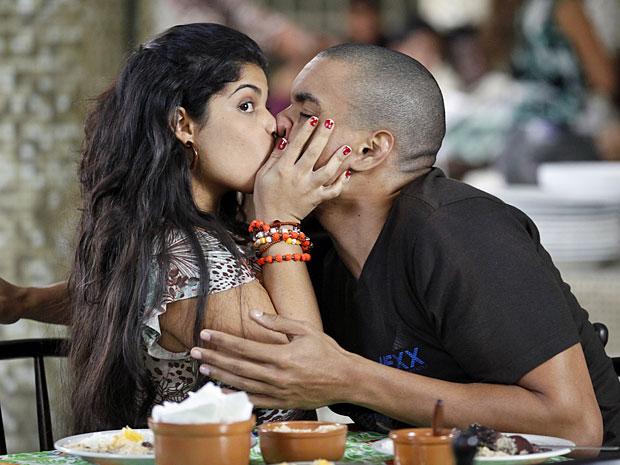 Gracinha não tira o olho de Pedro ao beijar Jair (Foto: Amor Eterno Amor/TV Globo)