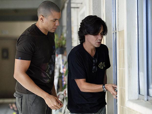Jair troca chave e Pedro não consegue entrar no apartamento (Foto: Amor Eterno Amor/TV Globo)