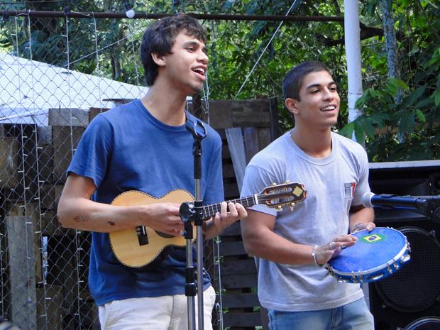 Jefferson e Dieguinho mostram a composição para Bertoni (Foto: Malhação / TV Globo)