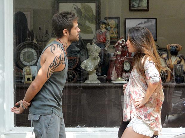 Moisés assusta Cristal ao aparecer de repente (Foto: Malhação / TV Globo)