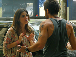 Moisés exige que Cristal entregue a fita (Foto: Malhação / TV Globo)