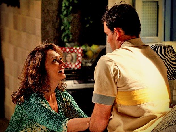 Adauto fica sem graça, mas Muricy diz que vai ajudá-lo (Foto: Avenida Brasil/ TV Globo)