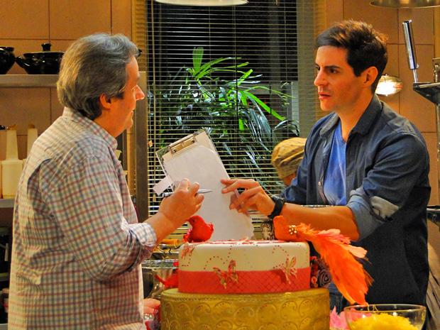 Inácio estranha movimentação no bufê e se irrita ao saber que o evento é de Chayene e Fabian (Foto: Cheias de Charme/ TV Globo)