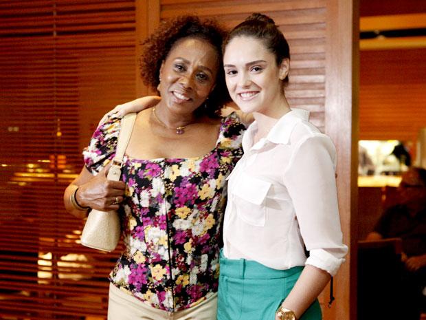 Isabelle se arrumou na casa da amiga para a estreia da novela (Foto: Cheias de Charme / TV Globo)