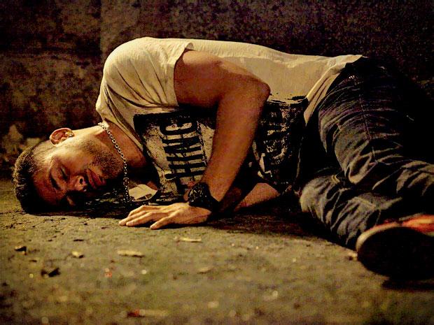 Transtornado, Jorginho bebe até cair e tem lembranças do passado (Foto: Avenida Brasil/ TV Globo)