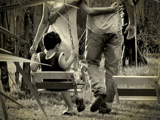 Ele se lembra de quando era criança, mas não vê o rosto dos pais (Foto: Avenida Brasil/ TV Globo)