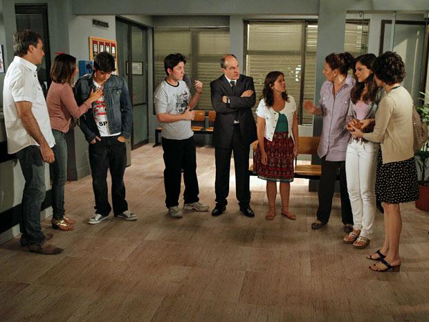 Julinho e Laís vão parar na delegacia com os amigos (Foto: Amor Eterno Amor/TV Globo)