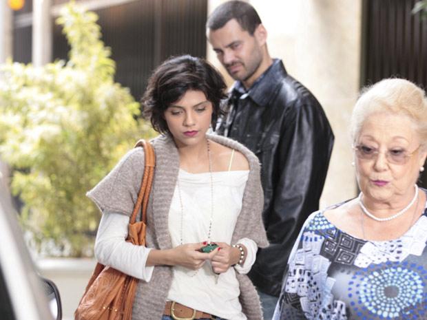 Miriam tenta ir embora antes do encontro entre Fernando e Rodrigo, mas não consegue (Foto: Amor Eterno Amor / TV Globo)