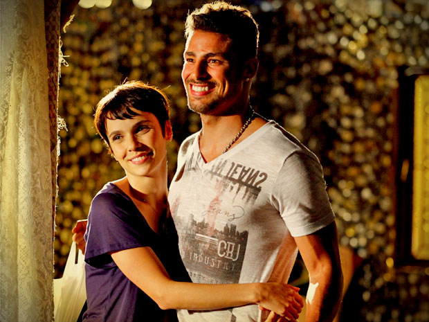 Apaixonados, Jorginho e Nina contam para Lucinda que pretendem se casar (Foto: Avenida Brasil/ TV Globo)