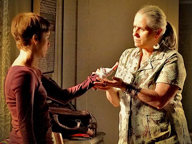 Nina explica para Lucinda os motivos que a levam a seguir com a vingança e abrir mão de Jorginho (Foto: Avenida Brasil/ TV Globo)