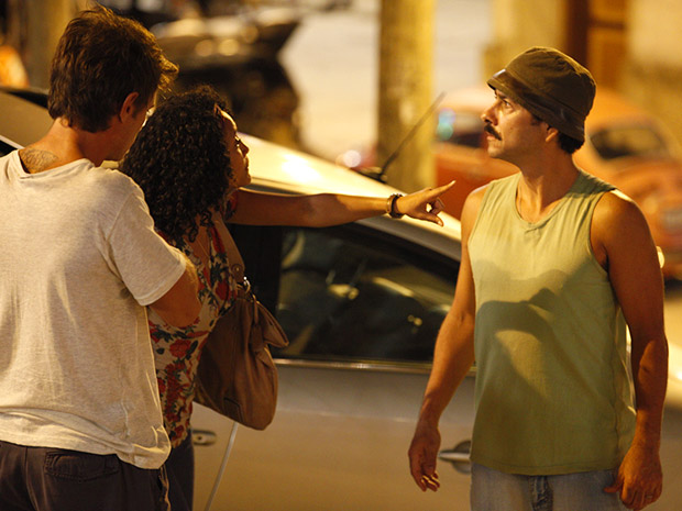 Penha defende Alejandro e diz que ele é seu patrão. Sandro fica com a cara no chão (Foto: Cheias de Charme/TV Globo)