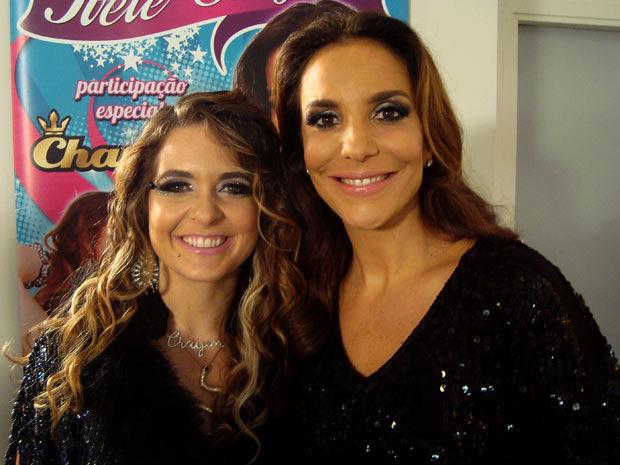 Caracterizada como Chayene, Claudia Abreu posa com Ivete Sangalo (Foto: Cheias de charme/ TV Globo)