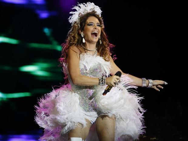 Toda de branco, Chayene abusa das penas e do brilho. Poderosa! (Foto: Cheias de Charme / TV Globo)