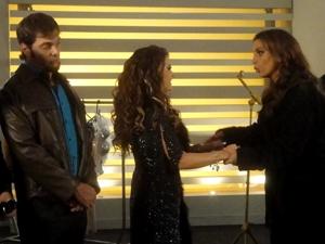 Nos bastidores, Laércio tenta conter Chayene (Foto: Cheias de Charme / TV Globo)