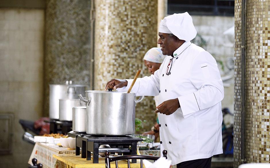 Antonio chega ao Edifício São Jorge e prepara feijoada para todos os moradores