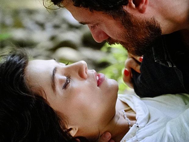 Após escorregar, pinta um clima entre os dois (Foto: Amor Eterno Amor/TV Globo)