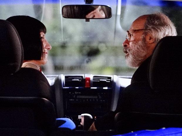 Melissa conversa com Virgílio dentro do carro (Foto: Amor Eterno Amor/TV Globo)