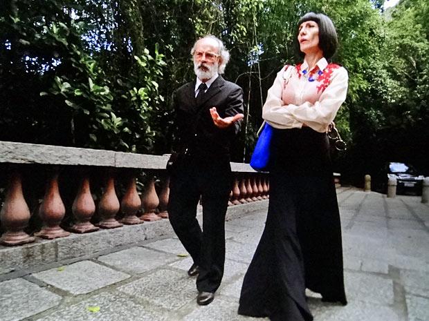 Em lugar mais calmo, a vilã oferece dinheiro para o vigarista (Foto: Amor Eterno Amor/TV Globo)
