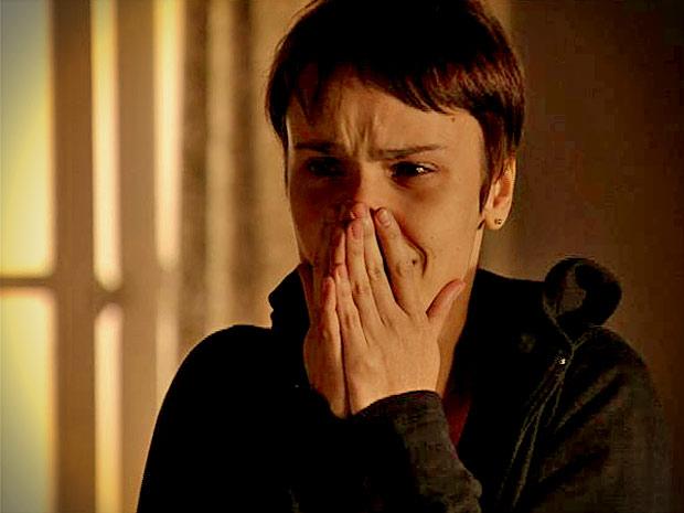 Nina sofre, mas não abre a porta para o amado (Foto: Avenida Brasil/ TV Globo)