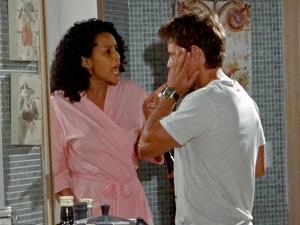Penha senta a mão na cara do abusado (Foto: Cheias de Charme / TV Globo)