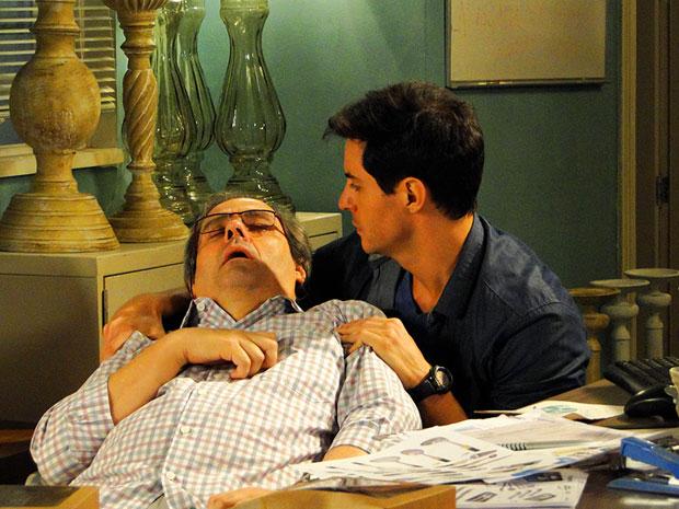 Inácio encontra Sidney desmaiado e o leva para hospital (Foto: Cheias de Charme/TV Globo)