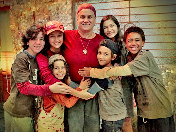 Vera Holtz vira mãezona de elenco infantil  (Foto: Avenida Brasil/ TV Globo)
