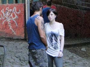 Moisés vai atrás de Alexia e pergunta se a ex está namorando (Foto: Malhação / Tv Globo)