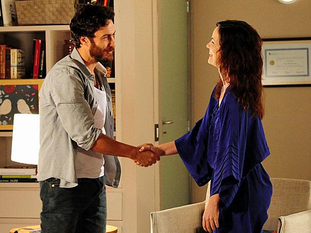 Rodrigo se sente confortável durante a consulta e agradece Beatriz (Foto: Amor Eterno Amor/TV Globo)