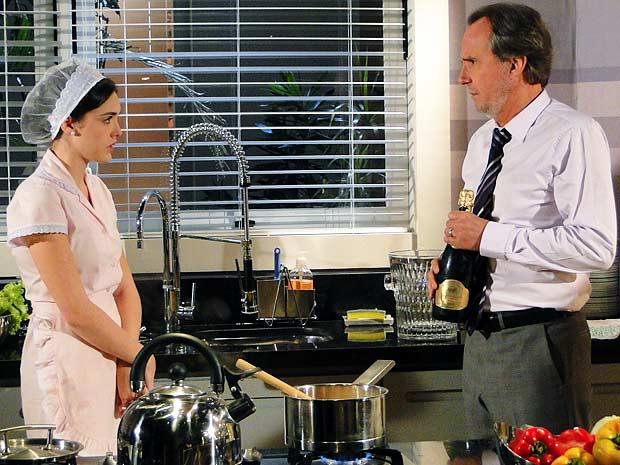 Sarmento quer champanhe para brindar namoro de Isadora e Conrado (Foto: Cheias de Charme / TV Globo)