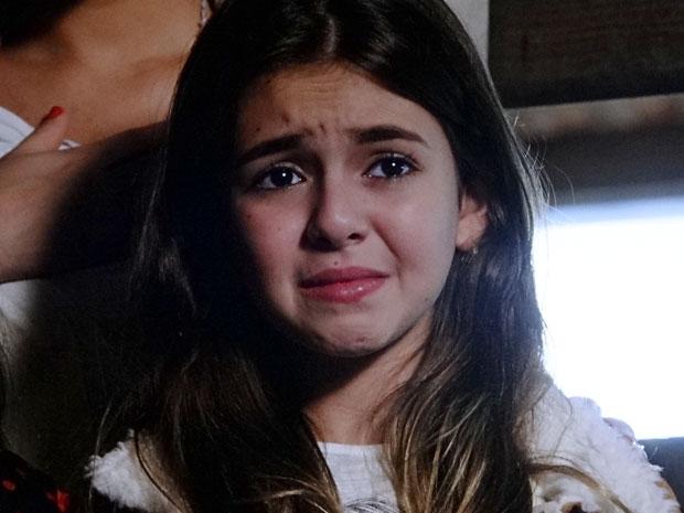 Clara teme pela vida de seu pônei (Foto: Amor Eterno Amor/TV Globo)