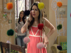 Cristal faz ligação falsa (Foto: Malhação / TV Globo)